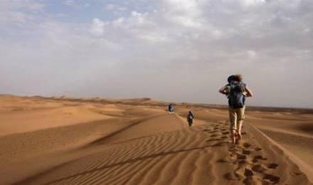 Marcher avec un jeune dans le désert marocain