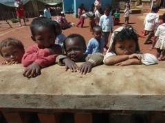 À Madagascar, l'association ASA ouvre des écoles.