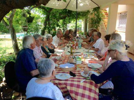"""Les groupes de Canet et de Montpellier se sont réunis ce samedi 25 Juin à Canet chez Anne-Marie et Jean-Claude Rouanet. Nous étions une vingtaine et les nouveaux venus se sont trouvés des connaissances communes... Ainsi de nouveaux liens sont venus renforcer ce partage autour d'une table bien garnie grâce à la contribution de tous avec l'apport de mets variés, copieux et savoureux  !! L'ambiance a été très rapidement chaleureuse et nous avons même poussé la chansonnette avec El Canto. Nous allons suivre la proposition de l'un d'entre nous : """" il faudrait faire cela deux fois par an !"""""""